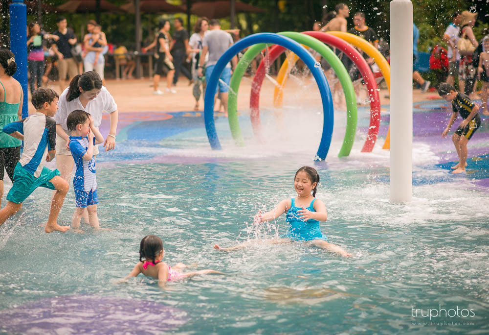 Yu Xuan having fun with her cousin at the water playground at the zoo